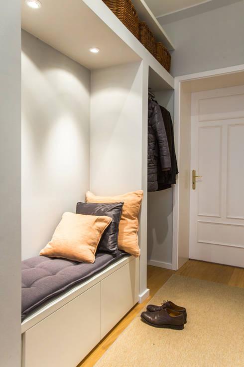 Couloir, entrée, escaliers de style  par CONSCIOUS DESIGN - INTERIORS