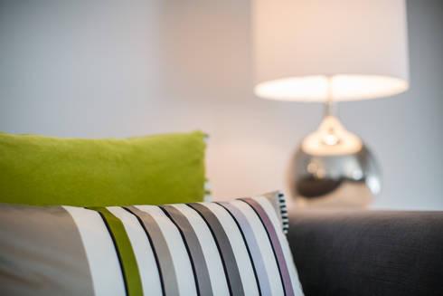 Um apartamento contemporâneo: Salas de estar modernas por Architect Your Home