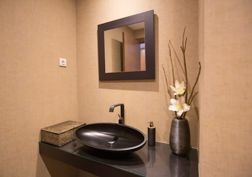 Um apartamento contemporâneo: Casas de banho modernas por Architect Your Home