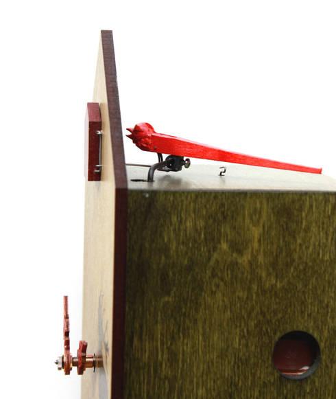 kuckucksuhr modern in rot mit direktem blick auf den kuckuck von romba von schwarzwald maria kg. Black Bedroom Furniture Sets. Home Design Ideas