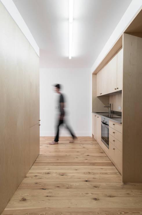 House in Bica do Sapato by ARRIBA: Cozinhas minimalistas por Ricardo Oliveira Alves Photography