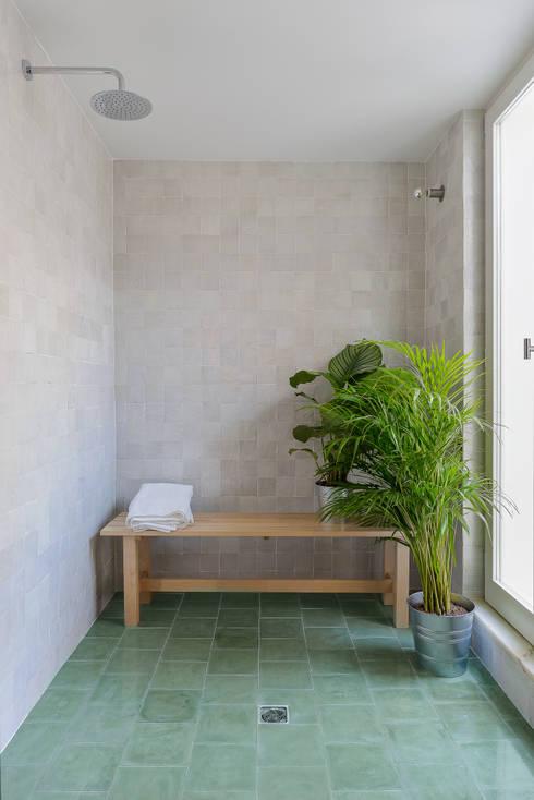 House in Bica do Sapato by ARRIBA: Casas de banho minimalistas por Ricardo Oliveira Alves Photography