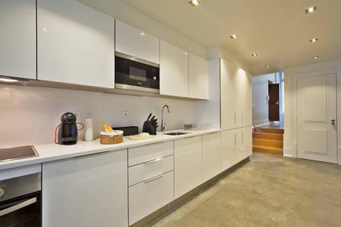 Edifício Gaivotas: Cozinha  por Pureza Magalhães, Arquitectura e Design de Interiores