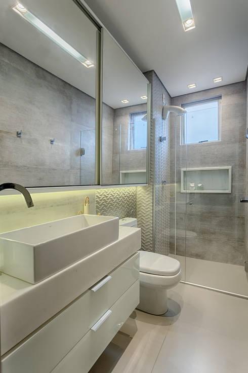 Banho social: Banheiros modernos por Flaviane Pereira