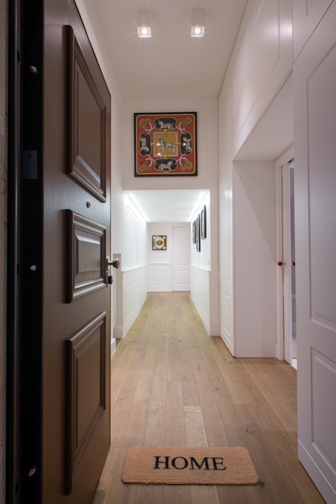 Un appartamento in centro: Ingresso & Corridoio in stile  di Mario Ferrara