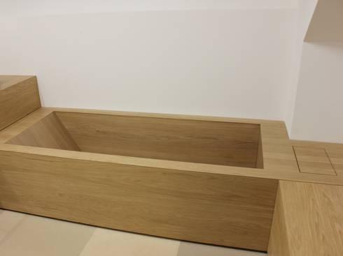 bad und badewanne in eiche von schreinerei leim sp ne m nchen homify. Black Bedroom Furniture Sets. Home Design Ideas