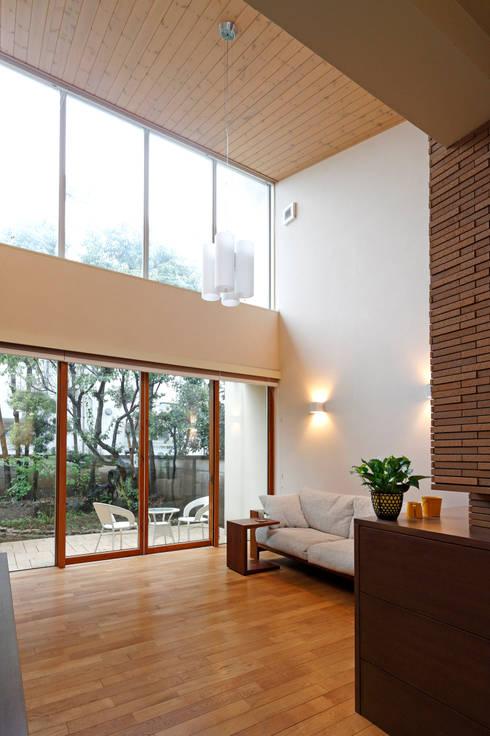大きな開口をもつリビング: シーズ・アーキスタディオ建築設計室が手掛けたリビングです。