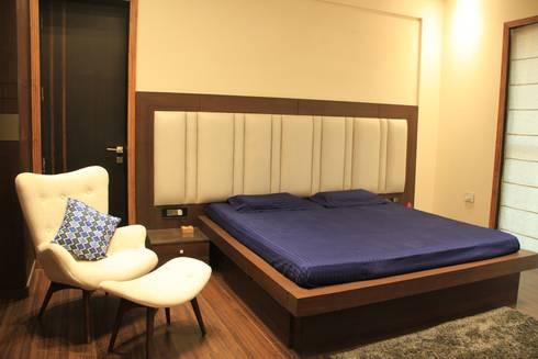 Mehra's Residence: modern Bedroom by Studio Ezube