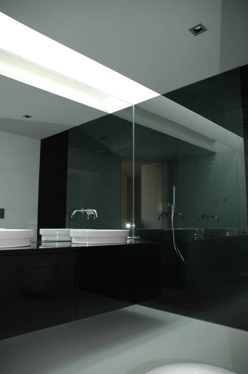 Casa AF: Casas de banho minimalistas por BLK-Porto Arquitectura