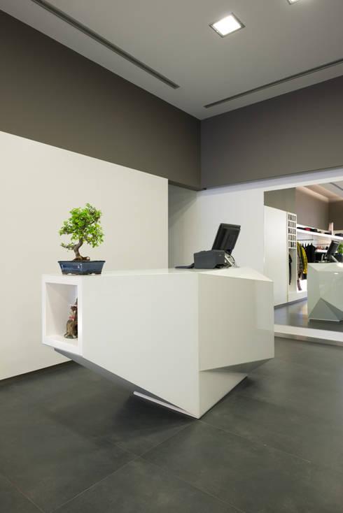 Alfaiataria Carlos Sousa: Lojas e espaços comerciais  por BLK-Porto Arquitectura