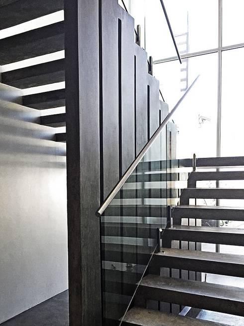 Casa Jupiter : Pasillos y recibidores de estilo  por ZUM ARQUITECTURA