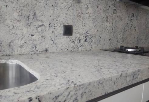 Negro blanco y gris una mezcla que realza una cocina by - Cocinas blancas con granito ...