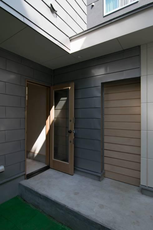 玄関ドアと通路: 株式会社エキップが手掛けた家です。