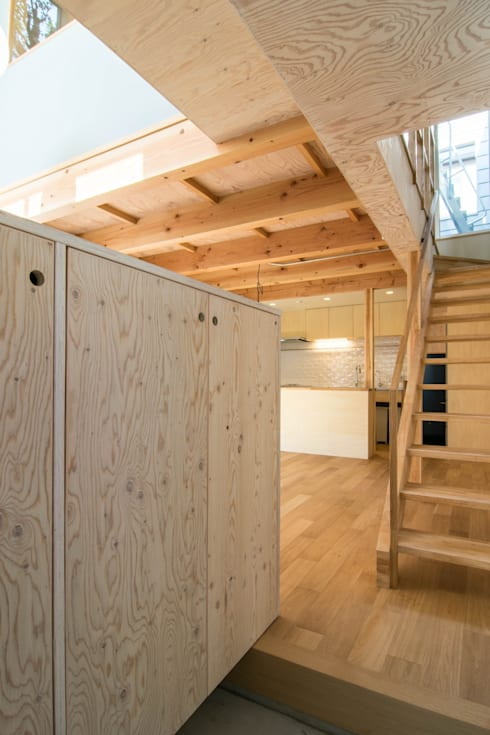 玄関・階段: 株式会社エキップが手掛けた廊下 & 玄関です。