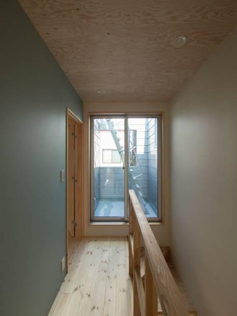北棟2階廊下: 株式会社エキップが手掛けた廊下 & 玄関です。