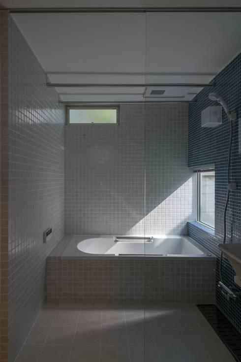 南棟・浴室: 株式会社エキップが手掛けた浴室です。