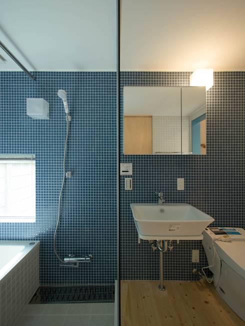 洗面・浴室・トイレはひとつの空間に: 株式会社エキップが手掛けた浴室です。