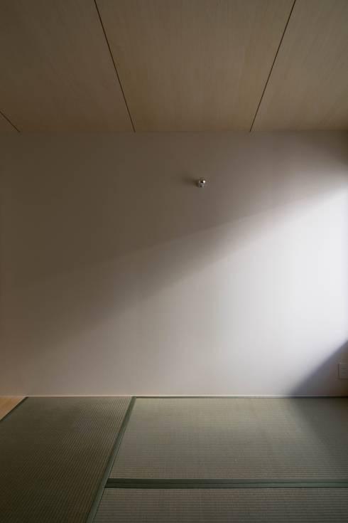 壁は塗装ではなくクロス貼り: 株式会社エキップが手掛けた寝室です。