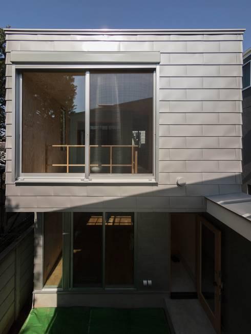 北棟の中庭面外観: 株式会社エキップが手掛けた家です。