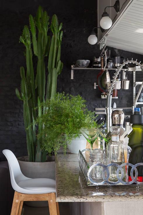 Kitchen by Eliane Mesquita Arquitetura