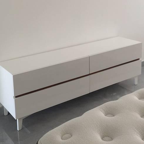 Credenza: Recámaras de estilo minimalista por DECO designers