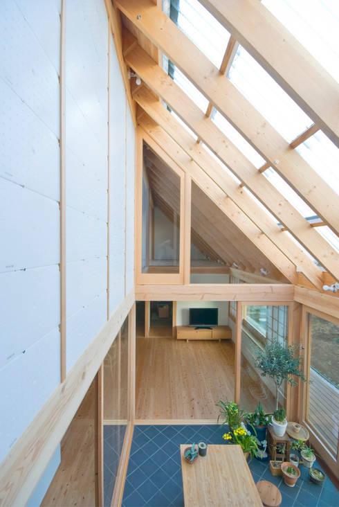 Jardines de invierno de estilo  por 千田建築設計