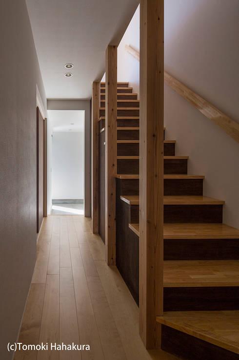 仲間が集う「よりあい」の家: I Live Architects/田辺弘幸建築設計事務所が手掛けた廊下 & 玄関です。