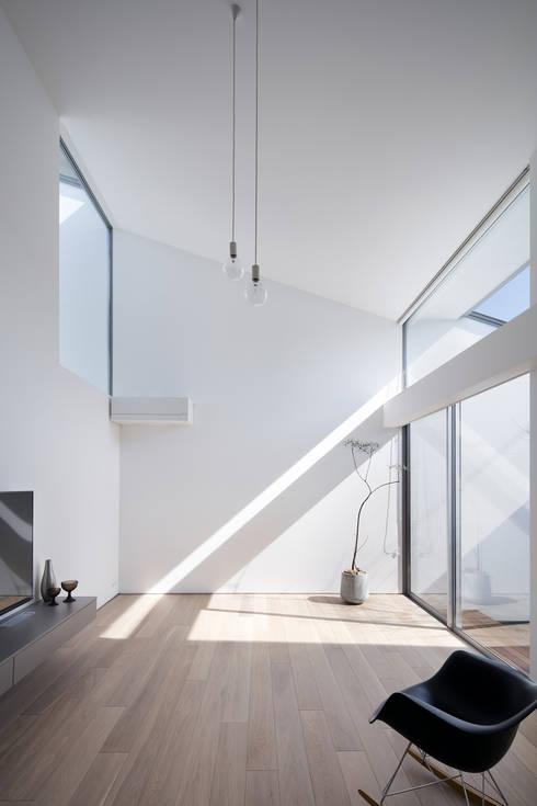 リビング: プラスアトリエ一級建築士事務所が手掛けたリビングです。