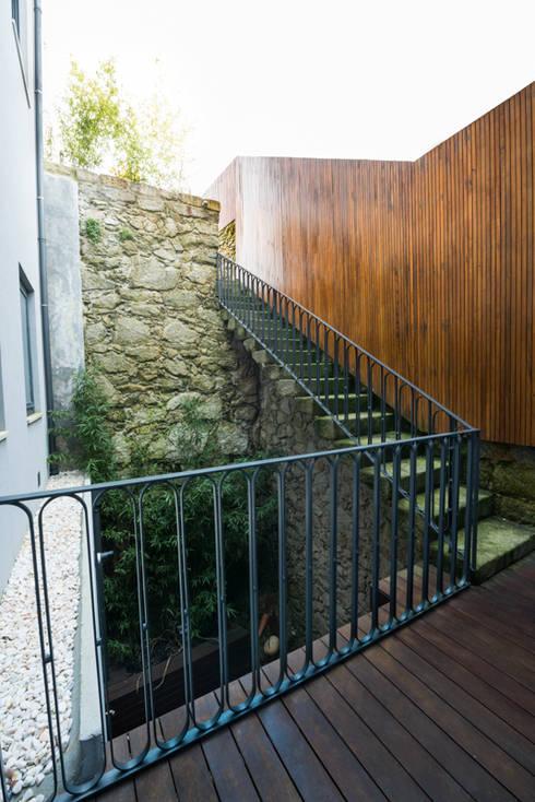 Remodelação Rua da Alegria: Jardins minimalistas por BLK-Porto Arquitectura