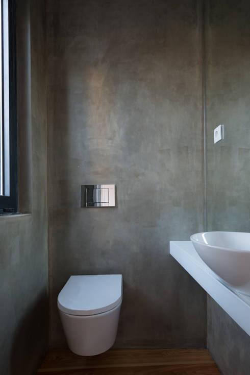 Remodelação Rua da Alegria: Casas de banho minimalistas por BLK-Porto Arquitectura