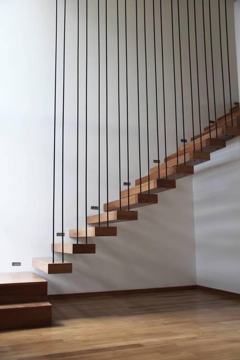 DI - Escalera en incienzo: Pasillos y recibidores de estilo  por Estudio .m