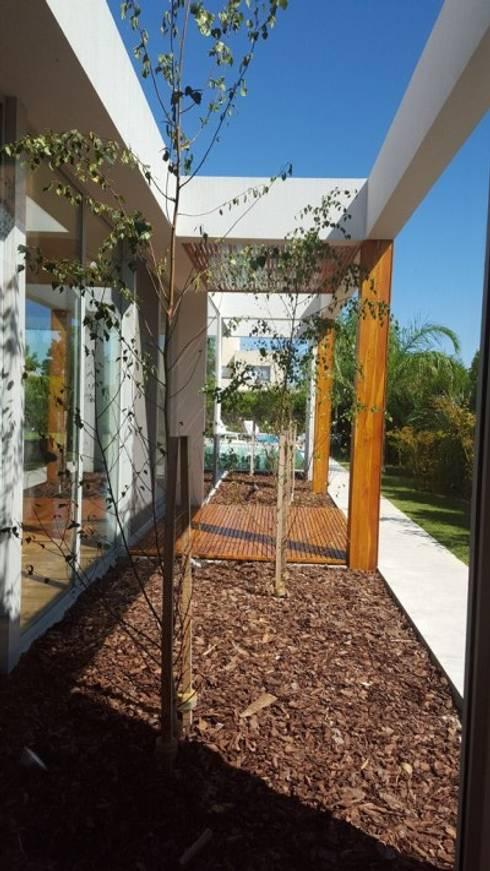 Talar del Lago II: Jardines de estilo  por estudio|44