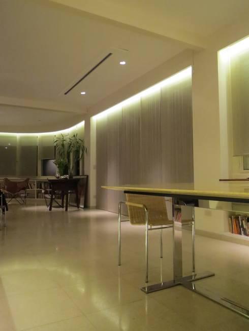 غرفة المعيشة تنفيذ Estudio de iluminación Giuliana Nieva