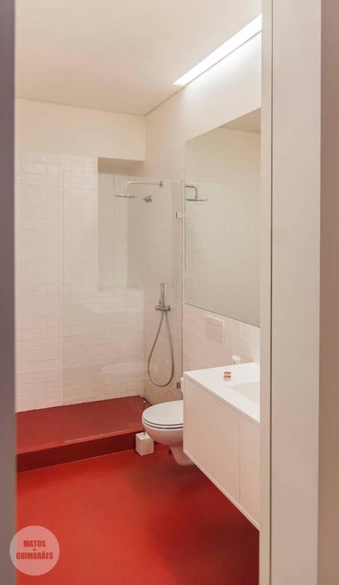 Remodelação de apartamento Avenidas Novas, Lisboa: Casas de banho  por Matos + Guimarães Arquitectos