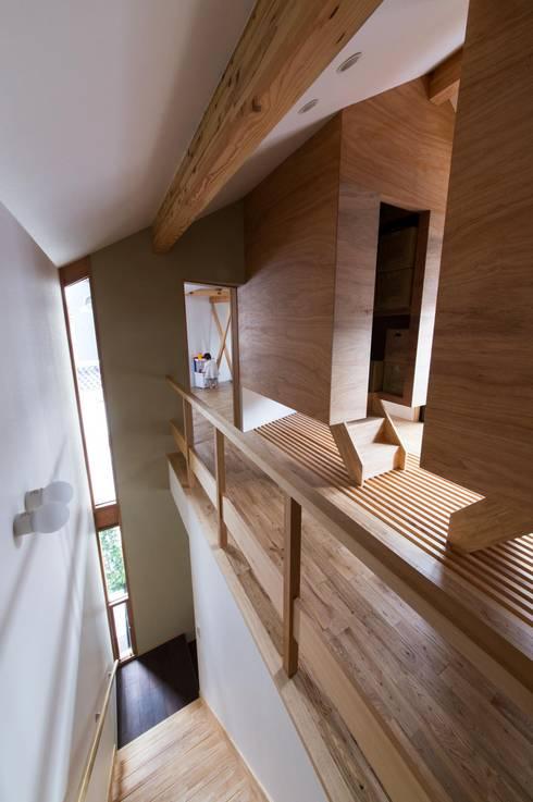 ระเบียงและโถงทางเดิน by アトリエ・ブリコラージュ一級建築士事務所