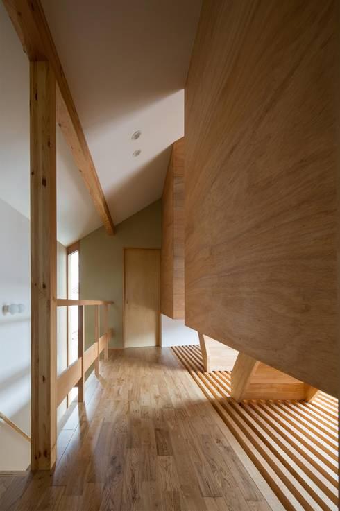 Couloir et hall d'entrée de style  par アトリエ・ブリコラージュ一級建築士事務所