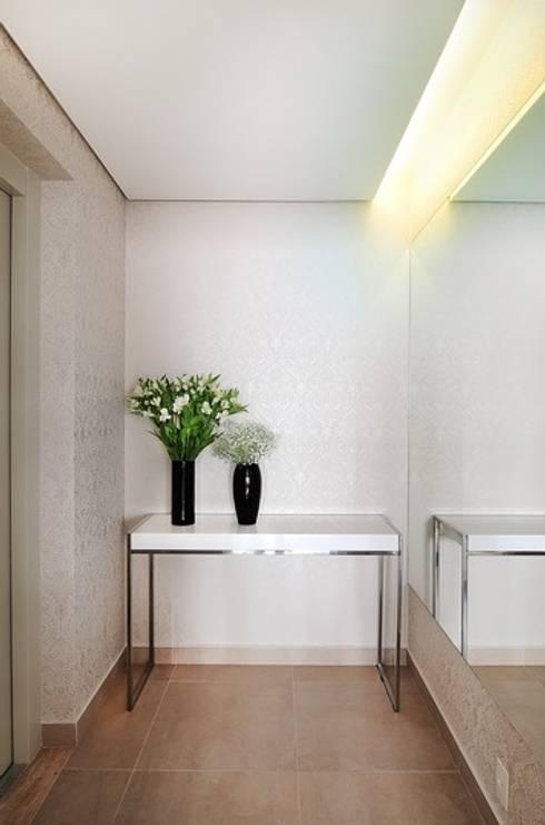 Hall de Entrada: Corredores e halls de entrada  por Madi Arquitetura e Design