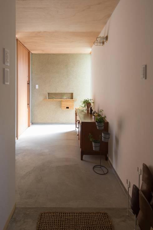 Corridor & hallway by アトリエ・ブリコラージュ一級建築士事務所