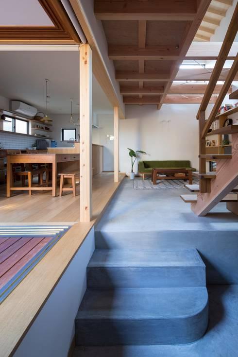 居間: アトリエ・ブリコラージュ一級建築士事務所が手掛けたリビングです。