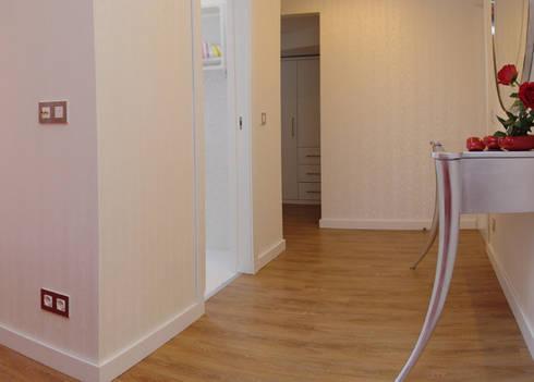 Suite 1: Quartos modernos por Belgas Constrói Lda