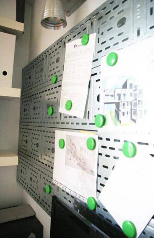 nowoczesne biało-czarne: styl , w kategorii Domowe biuro i gabinet zaprojektowany przez Nolk Plan