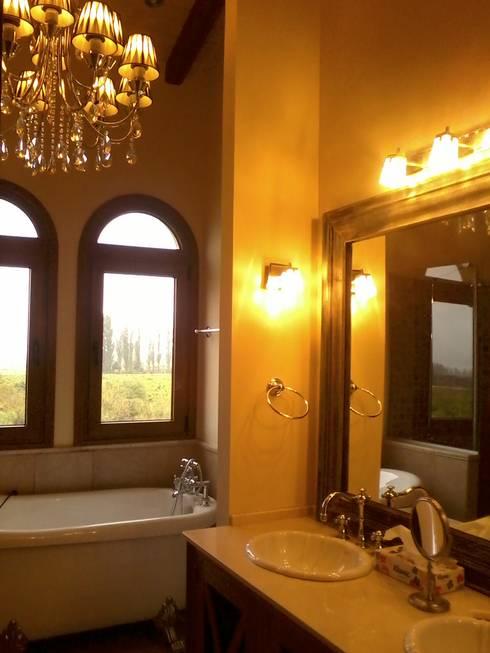 Baño Principal: Baños de estilo mediterraneo por Azcona Vega Arquitectos