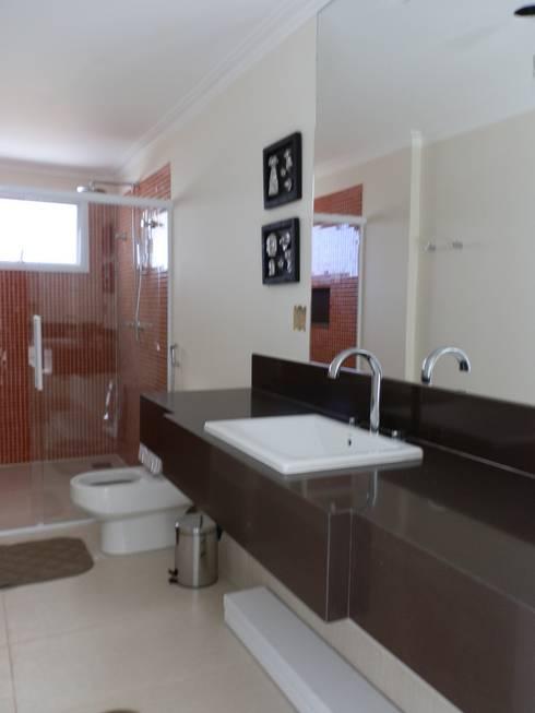 Casa de Hóspedes - Depois: Banheiros modernos por MBDesign Arquitetura & Interiores