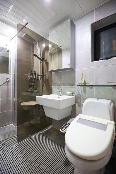 Banheiros modernos por 한글주택(주)