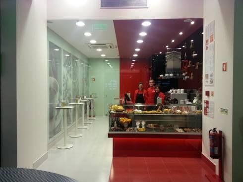 Il incontro do café: Centros comerciais  por REM Studio