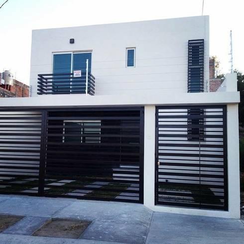 Fachada Frontal : Terrazas de estilo  por Grupo Arquitech