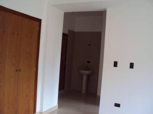 Habitación principal con baño:  de estilo  por Complementi Centro Decorativo