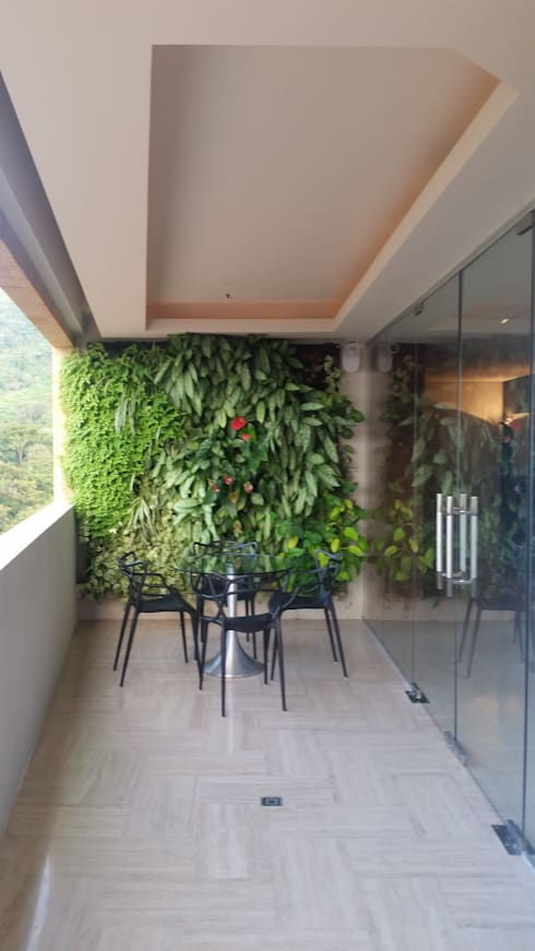 Terraza con Jardín Vertical:  de estilo  por Complementi Centro Decorativo