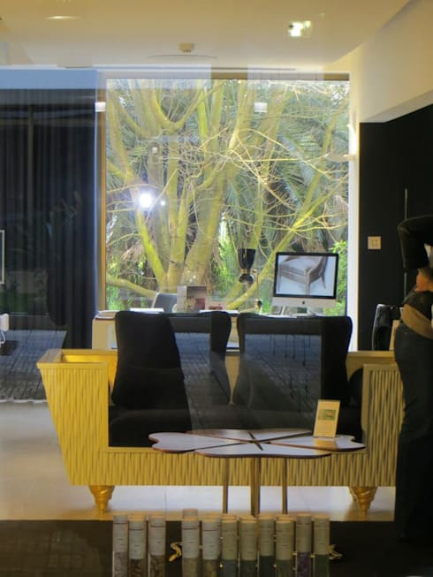 SINHA galeria: Sala de estar  por Teoriabstrata Arquitetura Unip, lda