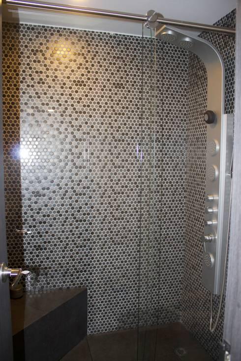 Apto 98: Baños de estilo moderno por DNA ARQUITECTURA Y DISEÑO